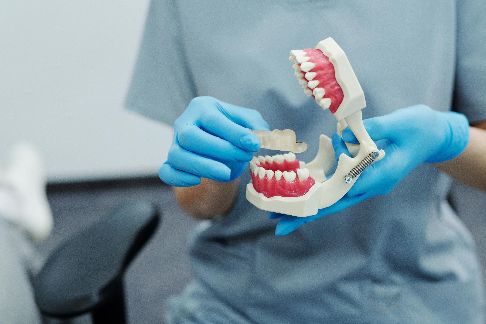 Intrusismo y prótesis dentales: impacto en la salud bucal